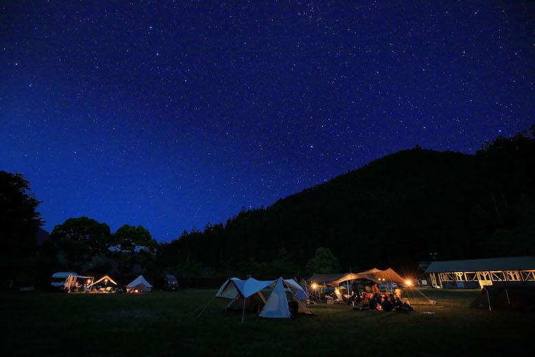 静まり返った夜、あたりは満点の星空