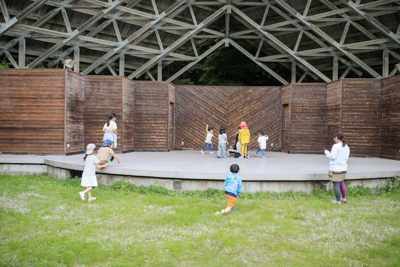 屋外ステージは子どもたちに大人気